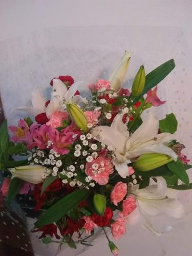ramo de rosas flores naturales bouquet bombones corazones