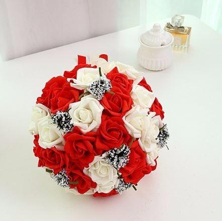 Vestidos de novia con bouquet rojo