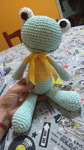 rana sonajero tejida a crochet. amigurumi