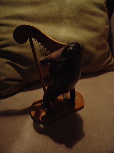 rana tocando el arpa