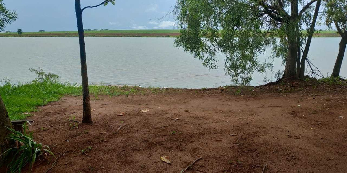 rancho as margens do rio tiete.