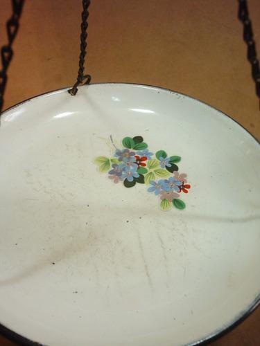 rara y antigua balanza romana con plato enlozado.