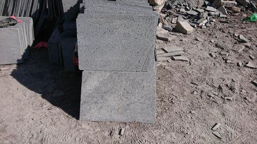 recinto negro de piedra volcanica; piedra laminada