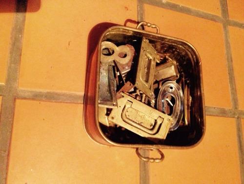 recipiente de chapa de bronce con asas para llaves y otros.