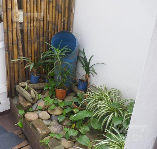 recoleta. cómodo ambiente con patio. alquiler temporario sin garantías.