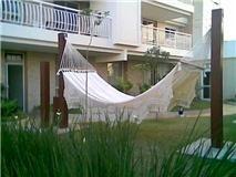 rede c/ madeira crú-natural - descanso - barrado de crochê