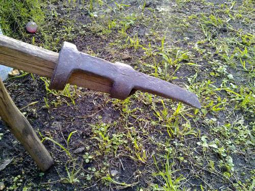 reja o punta de hierro para arado de madera antiguo