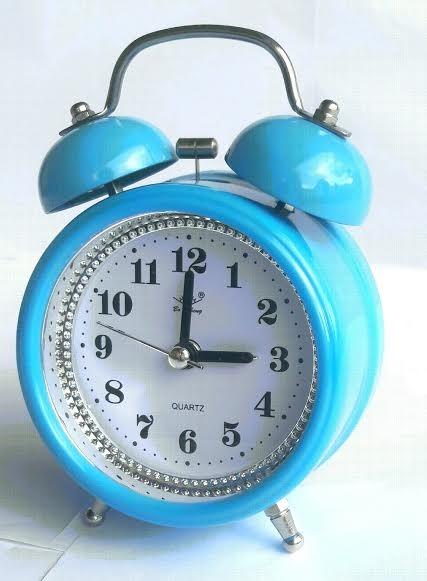 c50fea1ca57 Relógio Azul De Mesa Despertador Retrô Colorido Alarme Alto - R  36 ...