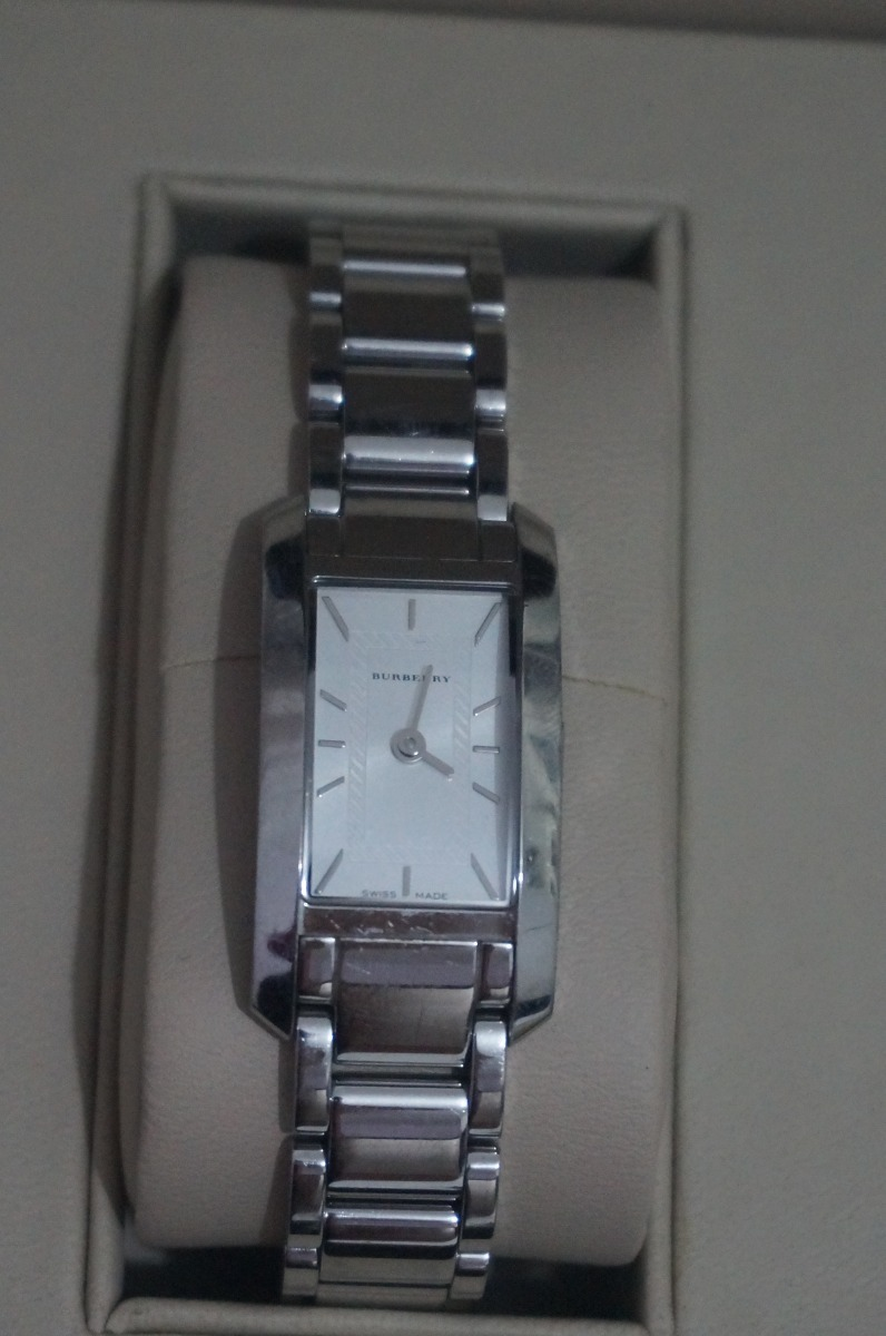 9ab94e0861a relógio burberry retangular em aço inoxidável. Carregando zoom.