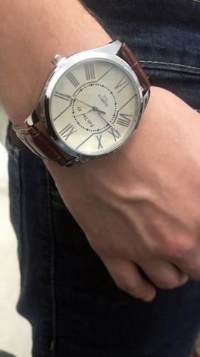 relógio clássico marrom