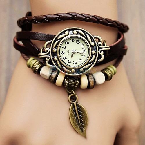 relógio com pulseira de couro e pingente vermelho