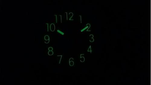 relógio de parede grande brilha muito no escuro fluorescente