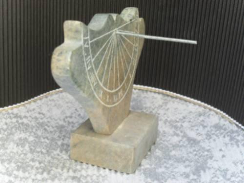 relógio de sol* conhecido como acaz * feito em pedra-sabão *