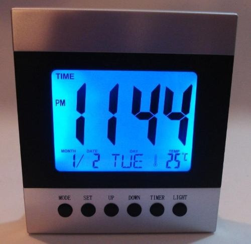 relógio despertador com iluminação