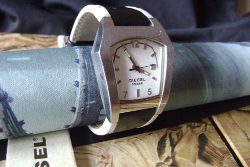 relógio diesel pulseira em couro bicolor