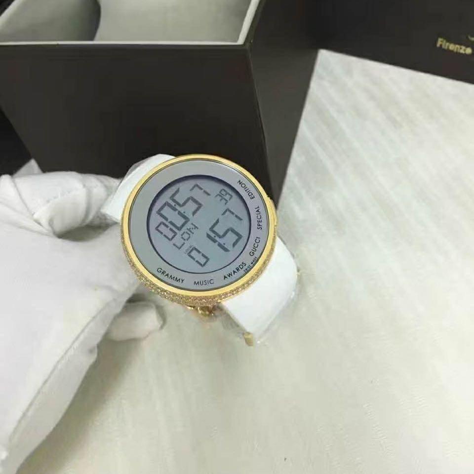 5989a0811f0 relógio digital gucci dourado pulseira branca. Carregando zoom.