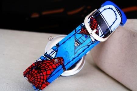 relógio do homem aranha com pulseira de couro.