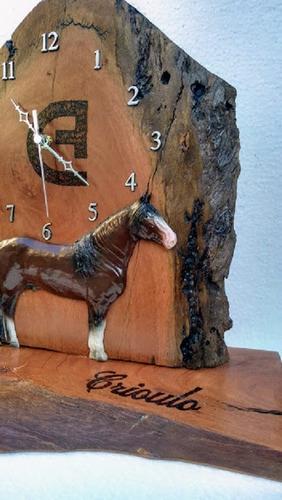 relógio estante madeira resina cavalo crioulo