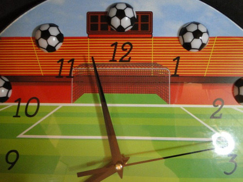 relogio futebol meio de campo ao fundo gol e arquibancadas