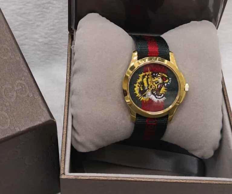 bdabb3087cf Relógio Gucci Tiger Aro Dourado Original - R  1.299