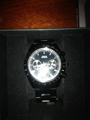 relógio guess pulseira preta brilhante e fundo preto