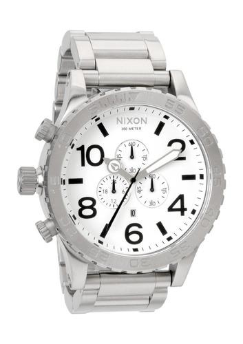 relógio nixon 51-30 chrono white - prata com fundo branco
