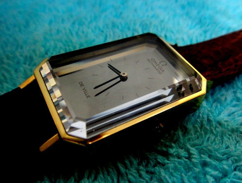 relógio omega com bloco de safira bizotado 4 degraus