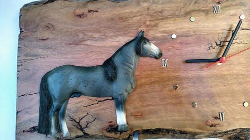 relógio parede rústico madeira resina cavalo crioulo