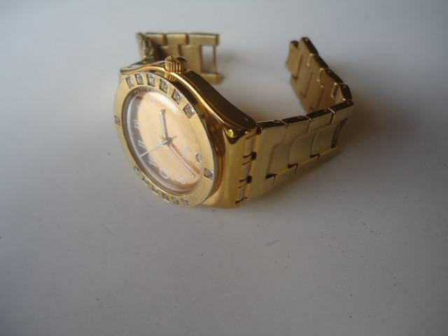 fcc4eb73a56 Relógio Swatch Original Semi Novo Dourado - R  189