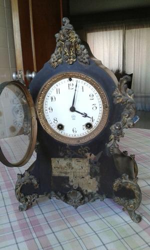 reloj antiguo de mesa.