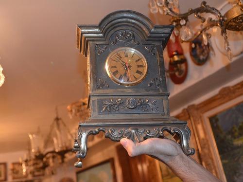 reloj antiguo de metal. debe revisarse