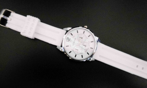reloj blanco marca geiking excelente