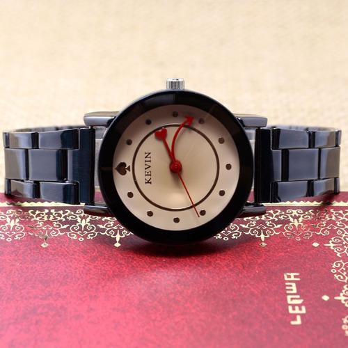 reloj con manecillas de corazon y flecha excelente