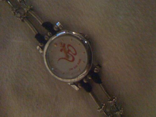 reloj de cuarzo y piedras