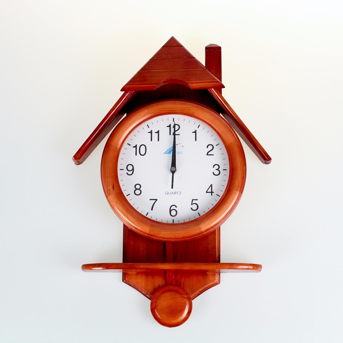6b8bc5e5ad7a reloj de pared con forma de casita. c pendulo. es de madera. Cargando zoom.
