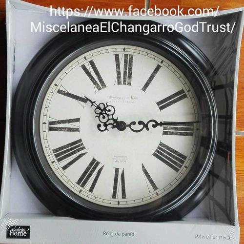 reloj de pared con números romanos.