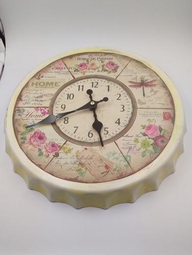 reloj de pared de metal en forma de tapa