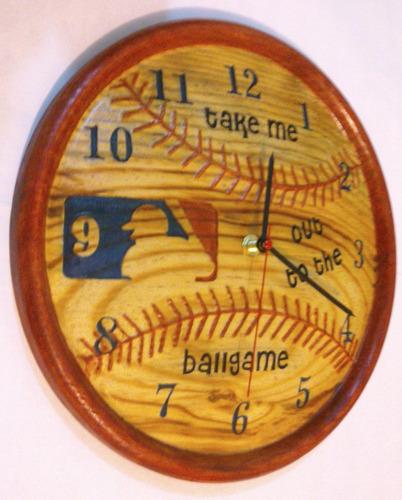 reloj de pared en madera figura pelota de beisbol