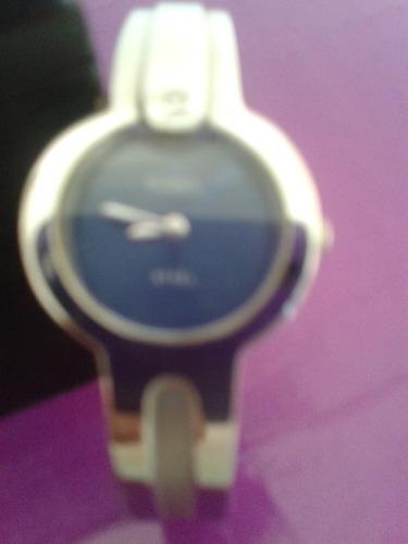 reloj de pulsera fossil, con un circon