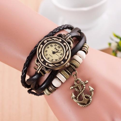 reloj moderno con dijes cuero moda funcional diseño real