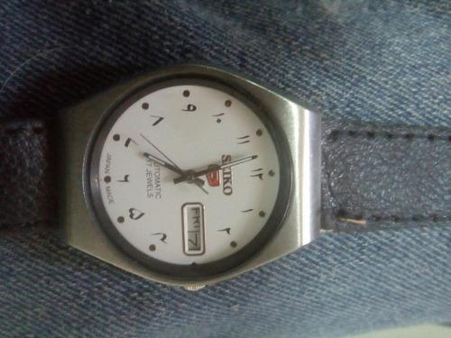 reloj seuko automatico con numero arabes en la esfera