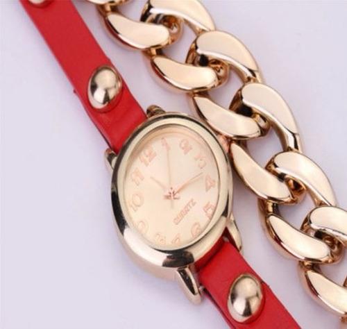 reloj tipo brazalete con taches y cadena dorada dama