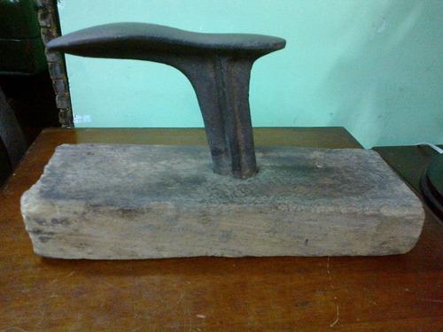 remachadora antigua en hierro y madera