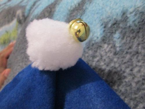 remate gorro navideño con cascabel para niño en azul