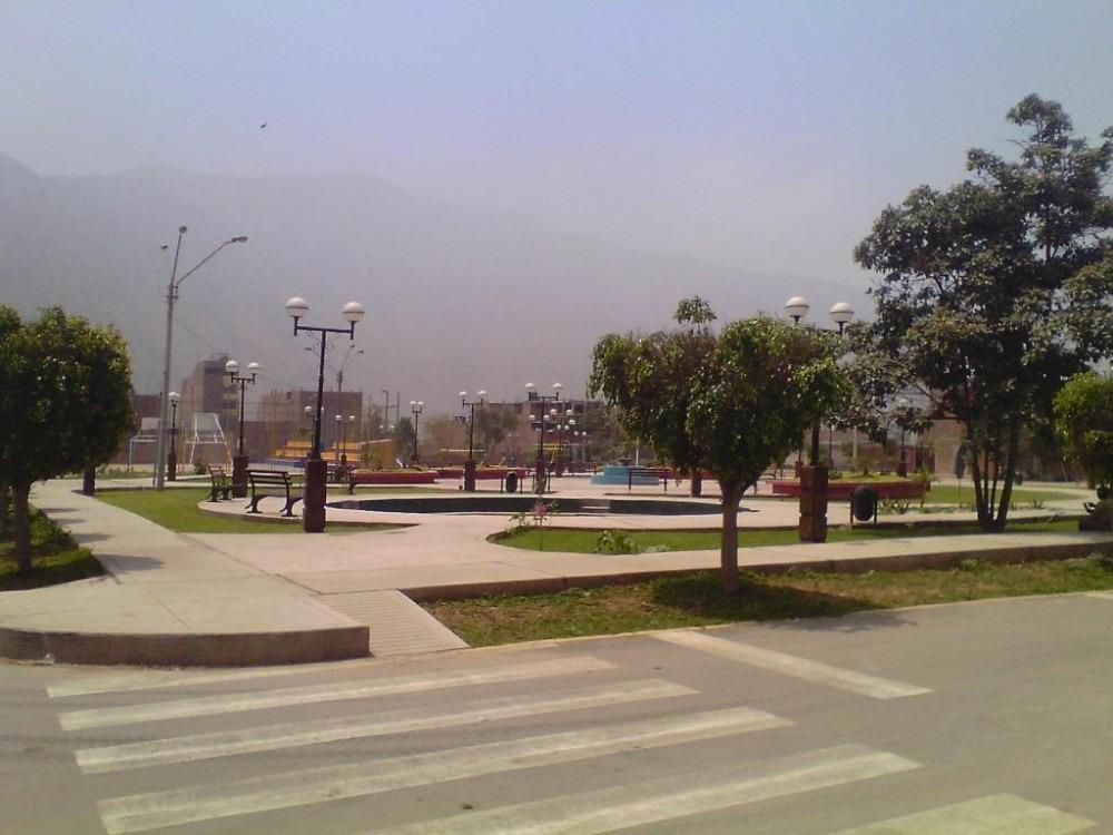 remato casa 160 m2 en esquina y frente a parque en huampani