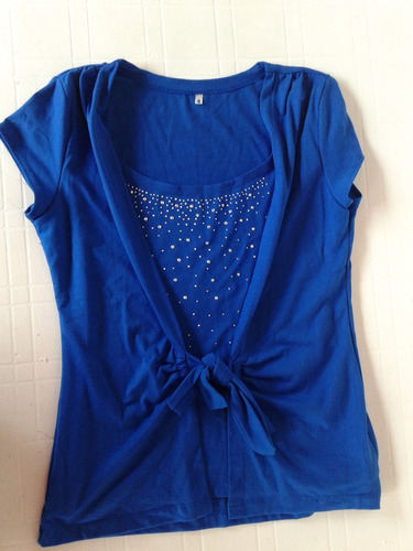 remera azul con tachitas, impecable!