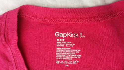 remera gap fucsia, bordada, impecable ( 1-2 usos ),  6-8 año