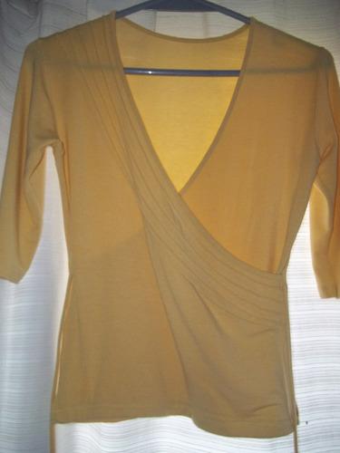 remera modal amarilla con alforzas.-