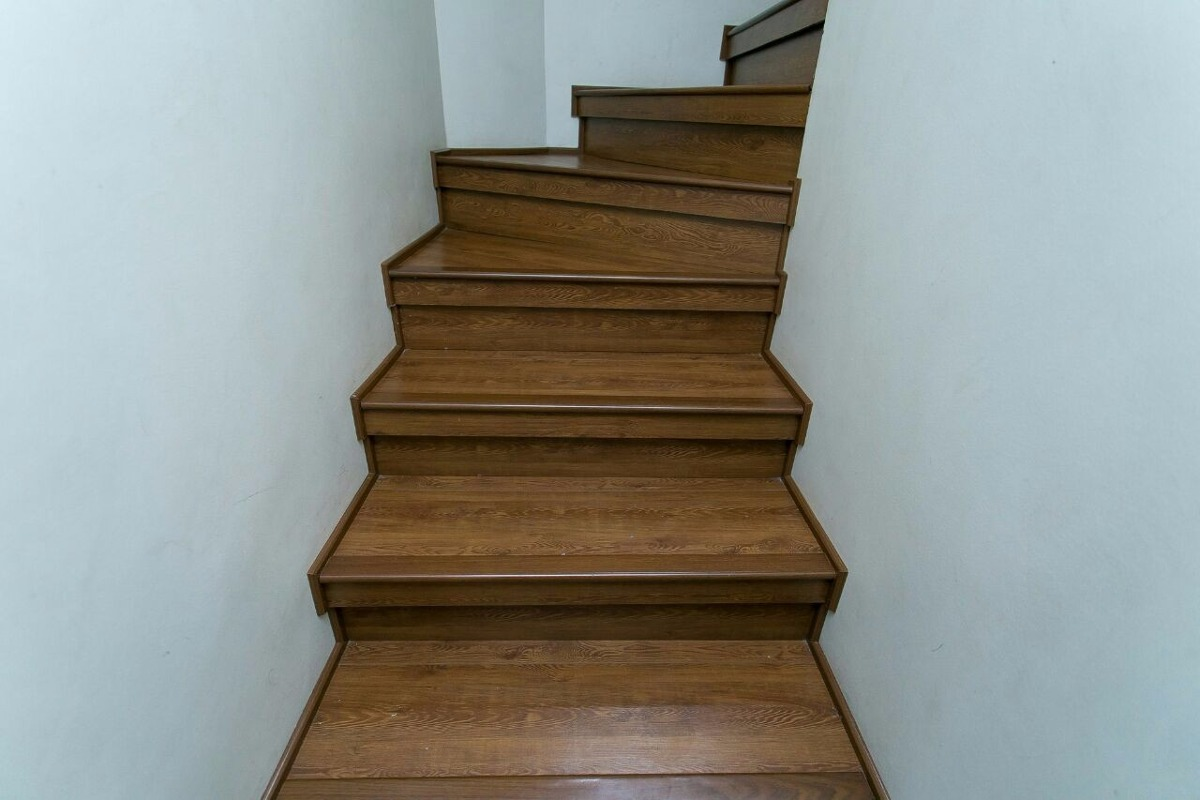 Renovacion de escalera con piso flotante en for Grada escalera
