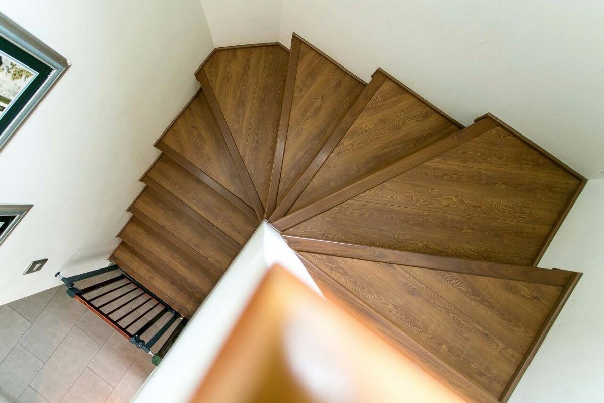 Renovacion de escalera con piso flotante en for Donde buscar piso